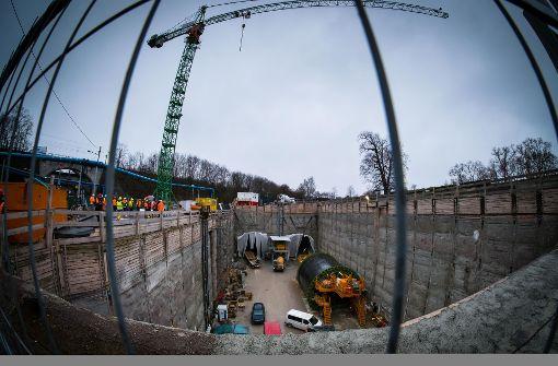 Von dieser Baugrube am Rosensteinpark aus werden die Röhren für die Fernbahn zum Neckar vorangetrieben. Rechts ist ein Schalwagen für die Tunnel-Innenwand zu sehen. Foto: Lichtgut/Achim Zweygarth