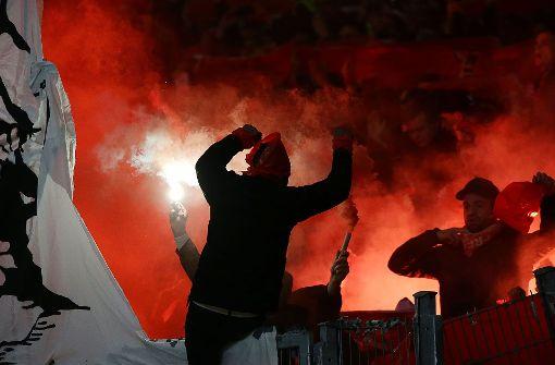 Freiburg-Fans zünden Pyros, Polizei kontrolliert Busse