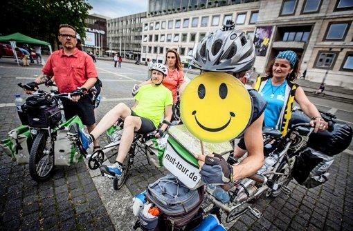 Die Tandem-Teams der Mut-Tour bei der Ankunft in Stuttgart Foto: Lichtgut/Leif Piechowski