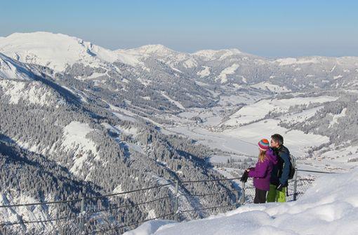 Wandern zwischen verschneiten Gipfeln und gefrorenen Seen