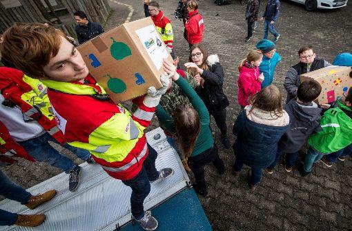 Alle packen mit an: Zwei Tonnen an Geschenken verladen die Schüler auf den Johanniter-Truck. Foto: Lichtgut /Christoph Schmidt