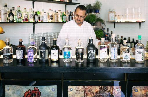 Trend in der gesamten Region: Inzwischen gibt es mehr als zwölf Produzenten von Gin. Gastroredakteur Michael Weier hat  das Tasting im Botanical Affairs zusammen mit Barchef Steffen Witz organisiert. Foto: Lichtgut/Verena Ecker