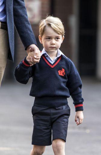 Auf dem Weg in Schuluniform: Im September 2017 ging der britische Prinz in London (Großbritannien) an der Hand seines Vaters zur Thomas's Battersea Schule. Foto: PA Wire/Archiv