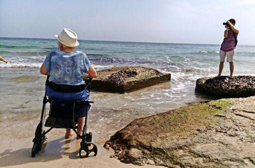 Der Rollator ist kein Hindernis: Erika Böttcher genießt das Meer. Foto: privat