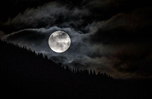 Über Garmisch-Partenkirchen stand der Mond deutlich heller und größer über den Baumwipfeln. Foto: dpa