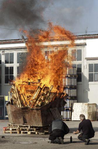 In dem Container brannten die Paletten lichterloh. Der Sprengmeister versuchte währenddessen, mit einem Benzin-Diesel-Gemisch einen weiteren Feuerball zu entfachen.  Foto: factum/Bach