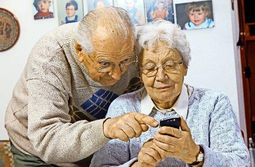 Ältere Menschen sollen die Scheu vor dem Smartphone ablegen. Foto: Bartussek/Adobe Stock
