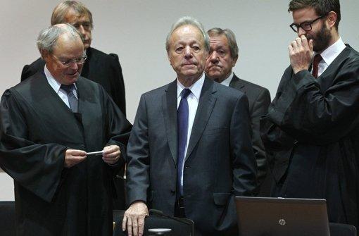 August Inhofer (Mitte, vorne) und Edgar Inhofer (Mitte, hinten), Chefs des Möbelhauses Inhofer, mit ihren  Anwälten im Landgericht Augsburg . Beide wurden wegen Sozialabgabenbetrug und Steuerhinterziehung zu Bewährungsstrafen verurteilt Foto: dpa