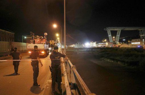 Die Rettungskräfte setzten auch schweres Gerät ein.  Foto: XinHua