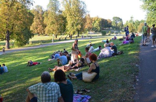 Im Schatten des Schlossgartens machten es sich die Besucher bequem. Foto: Sandra Hintermayr