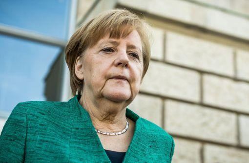 Kanzlerin Merkel nach einer Krisensitzung im Reichstag: Sie bittet die CDU-Abgeordneten um Vertrauen – wenigstens für die nächsten zwei Wochen bis zum EU-Gipfel Foto: dpa