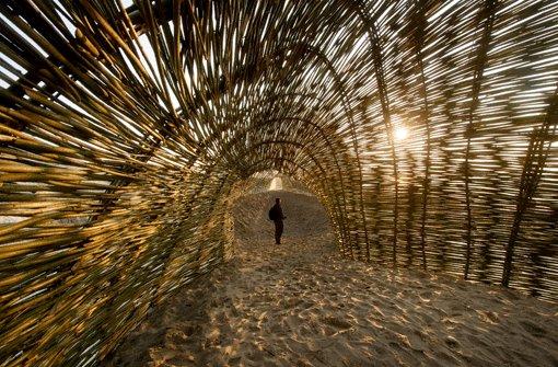 """""""The Sandworm"""", der Sandwurm, schlängelt sich entlang der belgischen Küste. Die Installation von Marco Casagrande ist Teil der Ausstellung """"Beaufort 04"""". Foto: SoAk"""