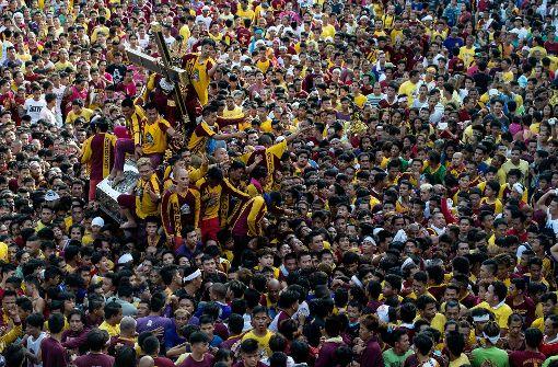 Millionen wollen bei Prozession magische Figur berühren