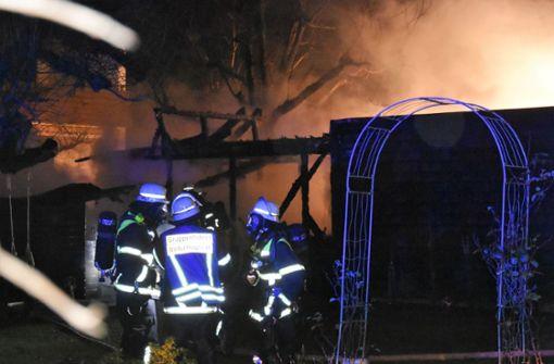 Der Brand griff auch auf eine an den Schuppen angrenzende Garage und eine Hecke über.  Foto: SDMG