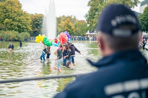 Einige Gegendemonstranten ließen sich vom Eckensee als Barriere nicht aufhalten.  Foto: www.7aktuell.de | Florian Gerlach
