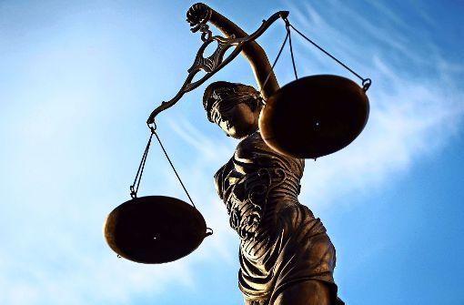 Drei Kunden stehen vor Gericht