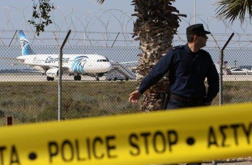 Ein Flugzeug der ägyptischen Airline Egyptair wurde entführt und zur Landung auf  Zypern gezwungen. Foto: dpa