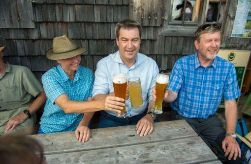 Elf Menschen in Biergarten von Ast verletzt