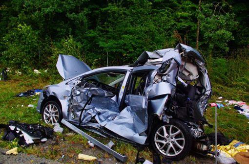 Die in den Unfall verwickelten Fahrzeuge sind stark deformiert und zum Teil von der Autobahn geschleudert worden. Foto: Andreas Rosar Fotoagentur-Stuttgart