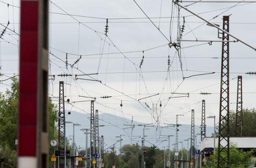 Bagger reißt Oberleitung ab – erhebliche Störungen im Bahnverkehr