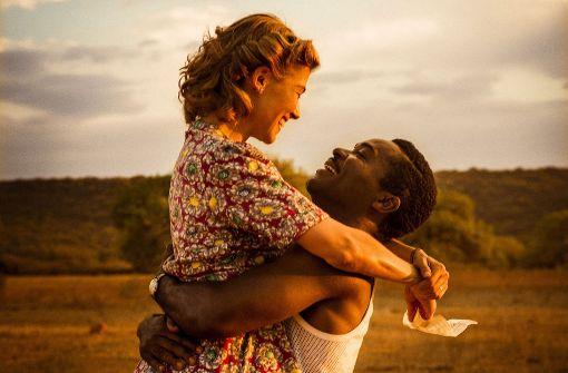 Ruth (Rosamond Pike) und Seretse (David Oyelowo) lieben einander. Foto: Verleih
