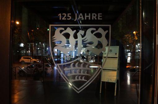 Mit der Illumination der Rathausfassade gratuliert die Landeshauptstadt Stuttgart dem VfB Stuttgart zum 125-jährigen Vereinsjubiläum. Foto: SDMG