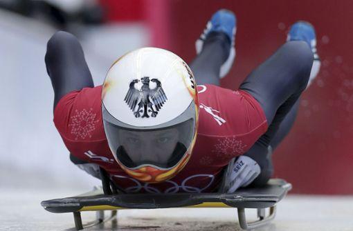 Und ab geht die Fahrt: Jacqueline Lölling stürzt sich in den Eiskanal. Im Skeleton gehört die 23-Jährige zu den Mitfavoritinnen. Foto: AP