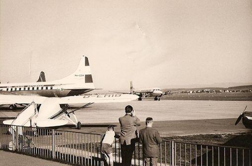 Der Bub mit der Lederhose bin ich, schreibt Thomas Mack zu diesem Flughafenfoto aus dem Jahr 1958. Hohe Zäune kannte der Flughafen  damals nicht. Heute verlaufen die Gitter auf der Besucherterrasse auf der fünften Ebene des neuen Terminals 3 so steil und spitz wie beim Hochsicherheitstrakt eines Gefängnisses. Foto: Thomas Mack
