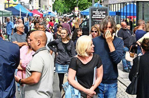 Tausende Besucher sind bei schönem Wetter beim Höflesmarkt   unterwegs. Seit 2009 haben sich die Aktivitäten größtenteils auf  die Stuttgarter Straße verlagert. Foto: Susanne Müller-Baji