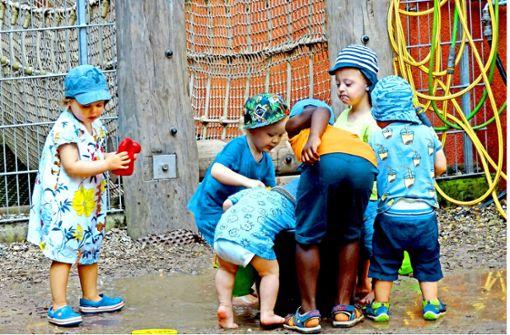 An heißen Tagen macht Matschen im Garten des Kinderhauses allen Kindern einen Riesenspaß. Foto: Sybille Neth