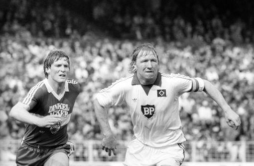 Karlheinz Förster (li.) gilt als zweikampfstarker Vorstopper der alten Schule – und legte auch Kopfball-Ungeheuer wie den Hamburger Horst Hrubesch an die Kette. Foto: dpa
