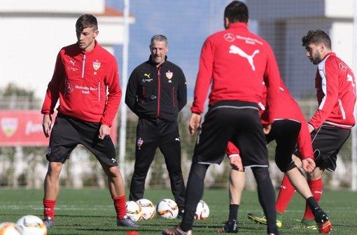 """VfB-Trainer Kramny (Zweiter von li.): """"Stehe für Disziplin und Zuverlässigkeit"""" Foto: Baumann"""
