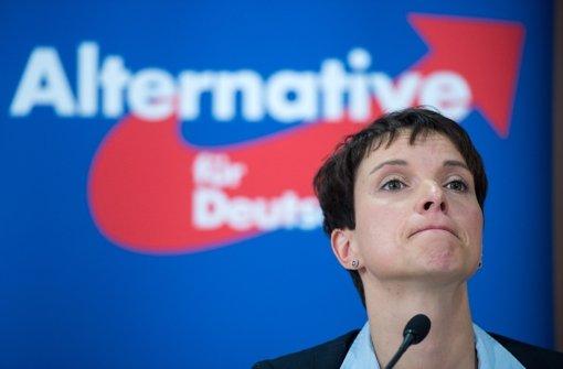 AfD-Chefin Frauke Petry will notfalls auf Flüchtlinge schießen lassen. Foto: dpa