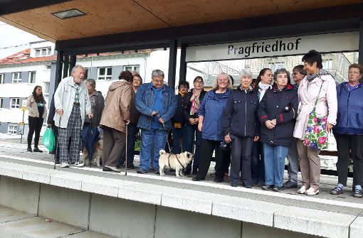 Sie warten nicht auf die Bahn, sondern protestieren gegen den Abbau der Haltestelle Pragfriedhof:    rund zwei Dutzend  Anwohner appellieren an die SSB,  den Stopp zu erhalten. Foto: Eva Funke