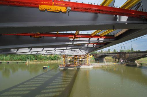 S-21-Brücke erreicht andere Seite des Neckars