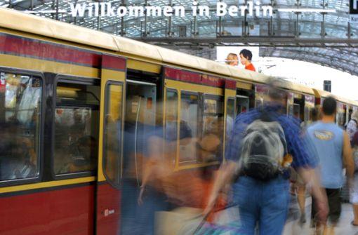 Frau lässt Baby im Kinderwagen auf Bahnsteig stehen