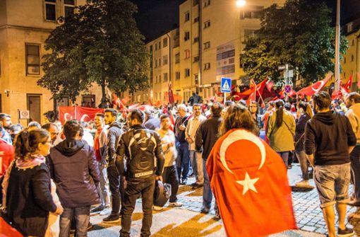 Polizei hält Türken und Kurden auseinander