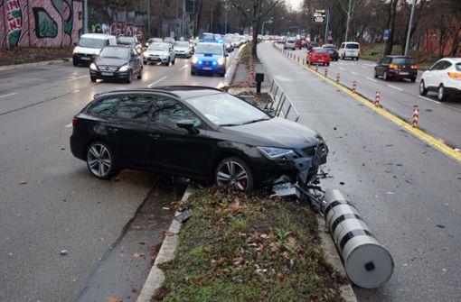 Wie der Wagen auf kerzengerader Strecke vom Kurs abkommen konnte ist noch nicht geklärt. Foto: Andreas Rosar Fotoagentur-Stuttg