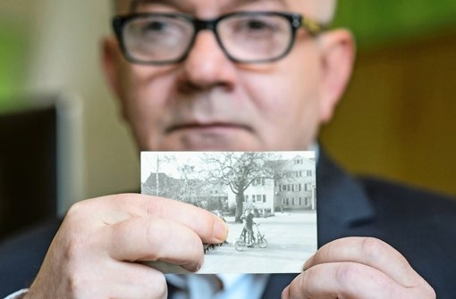 Detlev Zander mit einem Foto aus seiner Zeit im Kinderheim in Korntal Foto: dpa