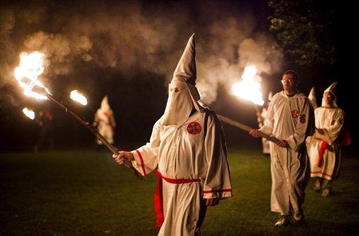 Mitglieder des Ku-Klux-Klans bei einem nächtlichen Treffen in den USA. Foto: EPA