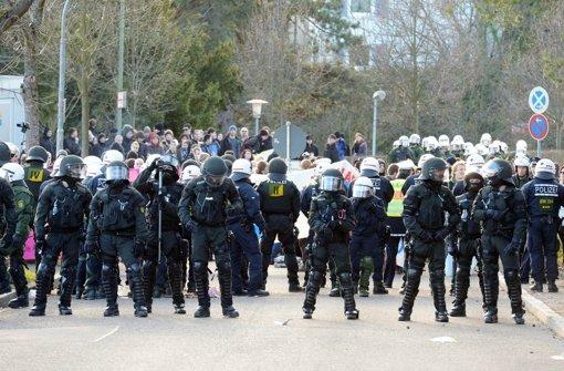 Bei Großeinsätzen wie hier in Pforzheim sollen Polizisten Kennzeichen tragen. Foto: dpa