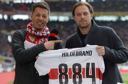 14 Fantrikots des VfB Stuttgart: Circa 85 Euro kostet ein Herrentrikot im Fanshop des VfB Stuttgart. Für 1250 Euro bekommt man 14 T-Shirts. Damit könnte man fast zwei Fußballteams ausstatten. Foto: dpa