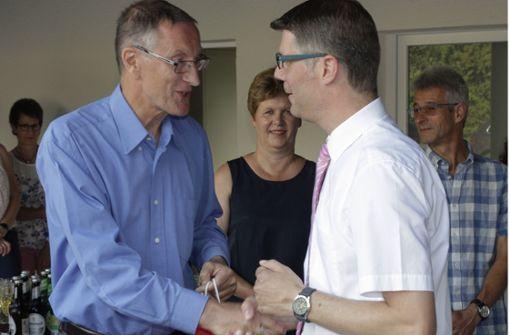 Der Landrat Roland Bernhard (l.) gratuliert Matthias Schöck zur Wiederwahl. Foto: factum/Bach