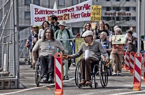 Die Stuttgart-21-Initiative Barriere-Frei demonstriert gegen die Nachteile, die sich durch die Schließung des Nordausgangs im Zuge der S-21 Bauarbeiten ergeben. Klicken Sie sich durch unsere Bildergalerie. Foto: Leif Piechowski