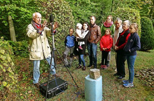 Die Immisions-Experten der Bundeswehr messen immer wieder auf dem Grundstück von Ulrich Durst (links) den Lärm, der vom Schießstand  herübergetragen wird. Auch die Nachbarn, vor allem die Familien mit Kindern,   hoffen auf Besserung. Foto: factum/Bach