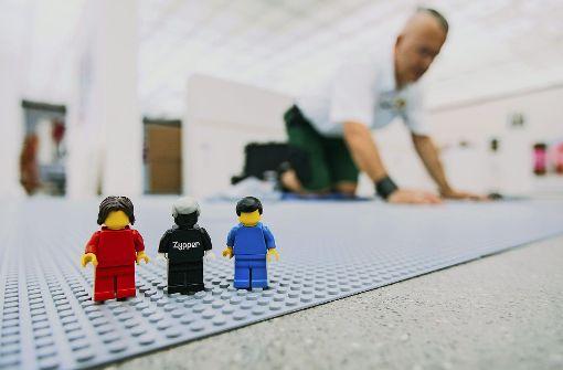 Warum dieser erwachsene Mann im Museum mit Lego spielt