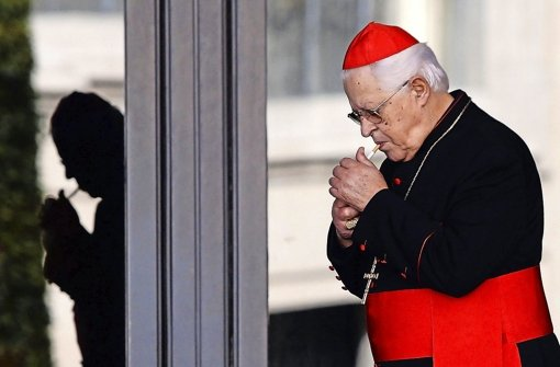Raucherparadies Vatikan: Kardinal Jose da Cruz Policarpo steckt sich eine Zigarette an Foto: ANSA