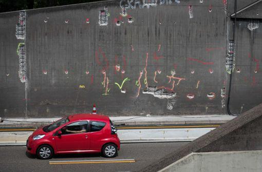 Sieht aus wie Streetart, ist aber die Vorbereitung der Sanierung: Mit Sprühfarbe markieren die Fachleute vom Tiefbauamt marode Stellen im Tunnel.  Foto: Lichtgut/Max Kovalenko
