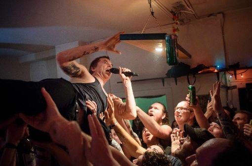 Wohnzimmer-Tour der Toten Hosen: Exzessives Rockkonzert auf nur 35 ...