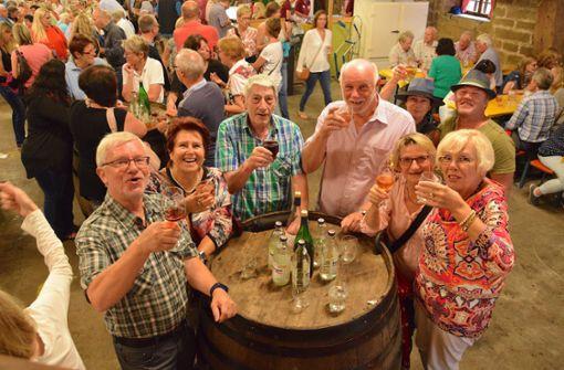 Hoch die Gläser! Die Besucher beim Feuerbacher Kelterfest lassen  sich die heimischen Tropfen  schmecken. Foto: Petra Mostbacher-Dix